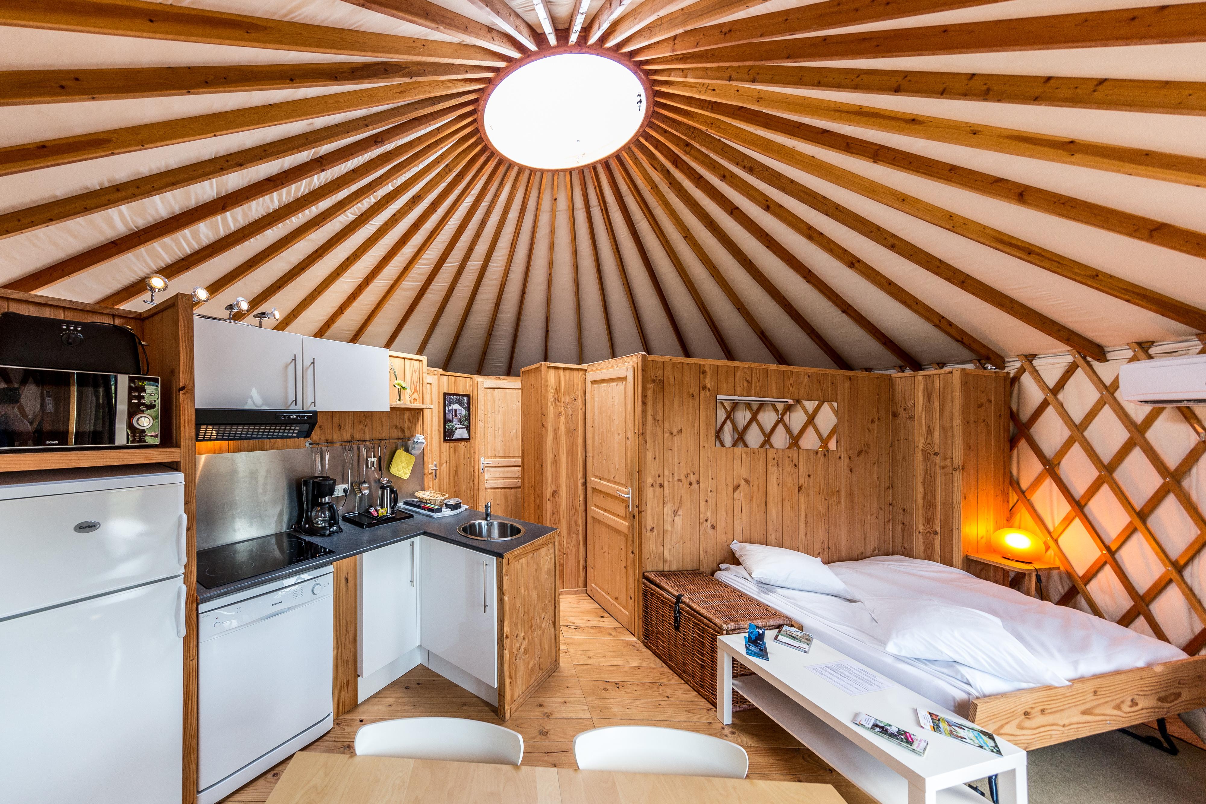 H bergement en yourte en auvergne allier for Maison yourte moderne
