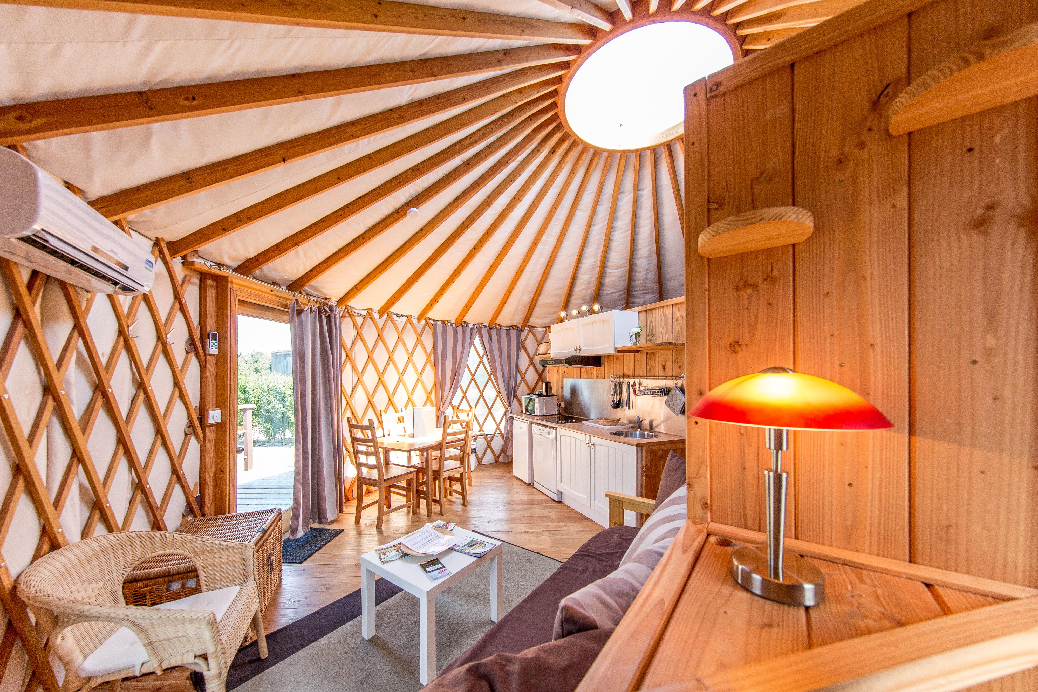 h bergement en yourte en auvergne allier. Black Bedroom Furniture Sets. Home Design Ideas